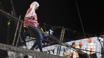 El desembarcament de migrants de l'Open Arms al port de Lampedusa