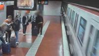 Imatge d'una càmera de seguretat del metro de Barcelona en què es veu a la part esquerra un dels membres de la banda especialitzada en furts que neteja l'escopinada a la víctima mentre una segona persona agafa la maleta del passatger