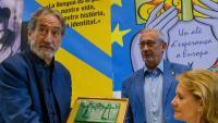 Savall va rebre el premi de mans de Casassas, en un acte molt aplaudit, amb la consellera Vilallonga