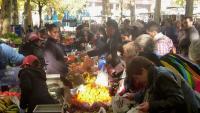 Compradors posen fruites en bosses de plàstic convencionals en el mercat dels dilluns d'Olot, en una imatge d'arxiu