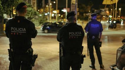 Agents de la brigada mòbil , dels Mossos d'Esquadra, en el reforç de vigilàncies al front marítim de Barcelona