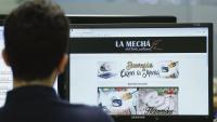 Una persona consulta el web de La Mechá, causant del brot de listeriosi