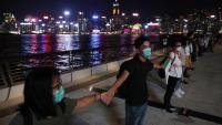 Uns joves participant ahir en el Camí de Hong Kong, una cadena humana per defensar la democràcia a la ciutat