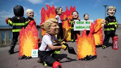 Membres de l'ONG Oxfam fan un acte de protesta, la vigília del G7, a Biarritz
