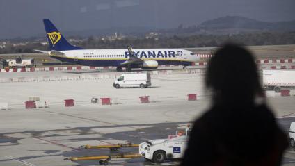 Un avió de la companyia Ryanair a les instal·lacions aeroportuàries de Vilobí d'Onyar