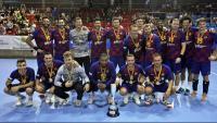 La plantilla del Barça, amb el trofeu de campions de la Supercopa de Catalunya