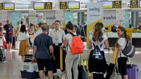 Passatgers de Vueling sent atesos ahir pels informadors abans d'embarcar en els vols respectius