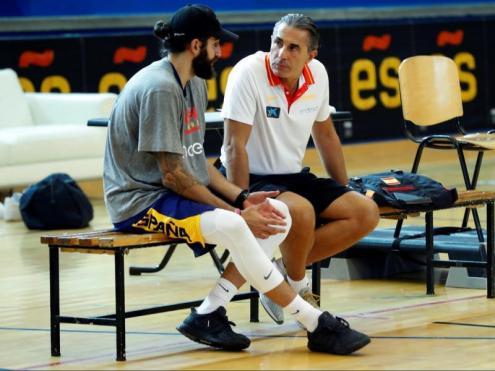 Ricky i Scariolo conversant en un entrenament
