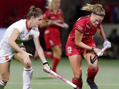 Carlota Petchame, que va marcar el gol, lluita per la bola
