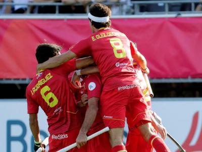 Els jugadors de l'equip espanyol fan pinya després d'un dels dos gols de Pau Quemada