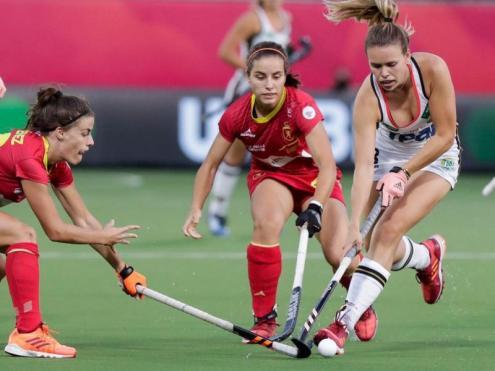Lucía Jiménez lluita amb Anne Schröder per la bola