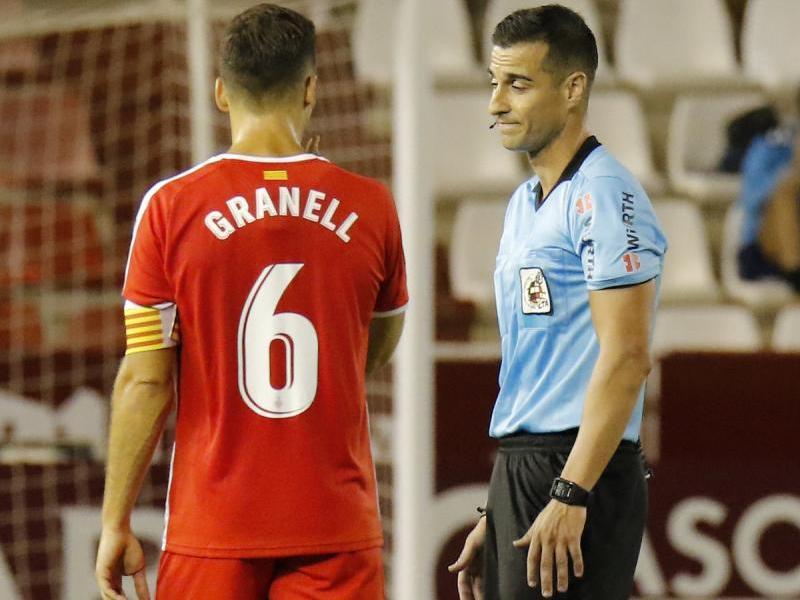 Granell parla amb el col·legiat mentre revisa l'acció del gol anul·lat a Jairo