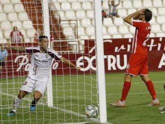 Ignasi Miquel es lamenta després del gol en pròpia d'Alcalá