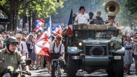 Ciutadans vestits d'època, en la desfilada per commemorar el 75è aniversari de l'Alliberament de París, ahir a la capital francesa