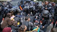 Antiavalots de la policia espanyola contra manifestants davant l'escola Ramon Llull de Barcelona, l'1-O