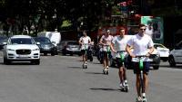 Joves circulen en patinet elèctric a Madrid, en el marc de la denúncia de la CE contra l'Estat espanyol per incomplir la normativa de qualitat de l'aire en diverses ciutats