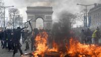 'Armilles grogues' s'enfronten a la policia en una protesta als Camps Elisis de Paris, el març passat