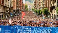 Capçalera de la manifestació de suport als 47 encausats en el sumari 11/13, ahir a Bilbao
