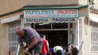 Veïns d'Oriola treuen aigua de dins dels negocis i les cases, després del pas de la gota freda