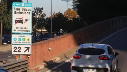 Un cartell informatiu sobre la Zona de Baixes Emissions, a la Ronda