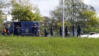El denunciant –amb els braços enlaire– mentre era identificat per la policia espanyola, que va tallar el trànsit de l'avinguda de França el 2 d'octubre del 2017