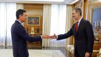 Pedro Sánchez saluda el rei Felip VI durant la ronda de contactes del monarca amb els partits per determinar candidat a la presidència del govern espanyol, el 6 de juny passat