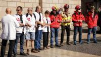 Personal sanitari i del cos de bombers participant a la concentració organitzada per la plataforma Aturem la Llei Aragonès