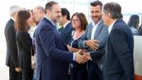El ministre de Foment en funcions, José Luis Ábalos–esquerra–, saluda els alcaldes de Cambrils, Mont-roig i Vandellòs abans de pujar al tren a l'estació del Camp de Tarragona