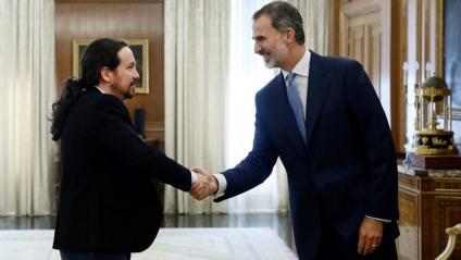El líder de Podem saluda al rei Felip VI aquest dimarts durant la sessió de consultes per a la investidura