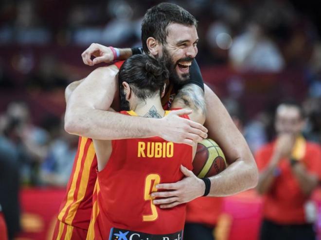 Marc Gasol abraça Ricky Rubio, els dos grans líders de la nova generació