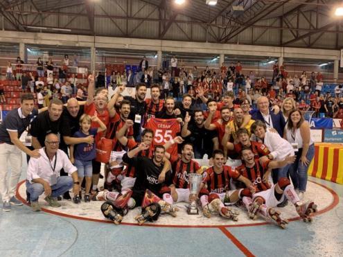 Els jugadors del Reus, amb la copa de campions de la supercopa