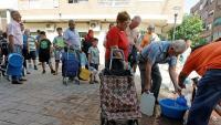 Els veïns d'Almoradí emplenen galledes en una font municipal perquè no tenen aigua corrent