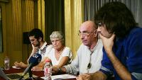 Lluís Llach, amb Ignasi Termes i els membres de l'Entesa Girona, Leli Camps i Josep Puig, ahir durant la presentació de la jornada al saló de descans del Teatre Municipal