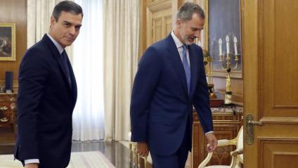 Pedro Sánchez acompanya al rei per iniciar la reunió per parlar de la investidura