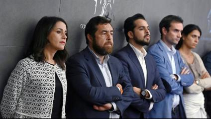 Diputats de Cs segueixen la roda de premsa del seu cap de files, Albert Rivera, al Congrés dels Diputats després de la seva reunió amb el rei
