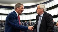Nigel Farage, del Partit del Brexit britànic , i Juncker encaixen ahir abans del debat al Parlament Europeu