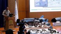 Un portaveu del Ministeri de Defensa saudita mostra les suposades restes dels míssils que van caure sobre les refineries petrolieres