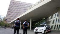 Dos mossos d'Esquadra a l'accés a la Ciutat de la Justícia