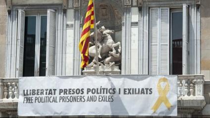 La pancarta a favor dels presos polítics posada al balcó de la Generalitat