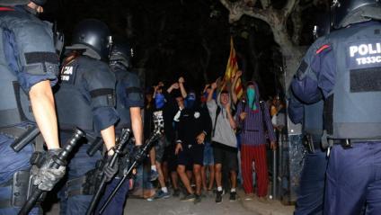 Una protesta davant del Parlament amb la brigada mòbil dels Mossos