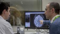 El doctor Juan Domingo Gispert (dreta) mostra una de les imatges de ressonància magnètica
