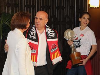 Cayetano Pérez i Marta Madrenas en la recepció pel títol de lliga al maig