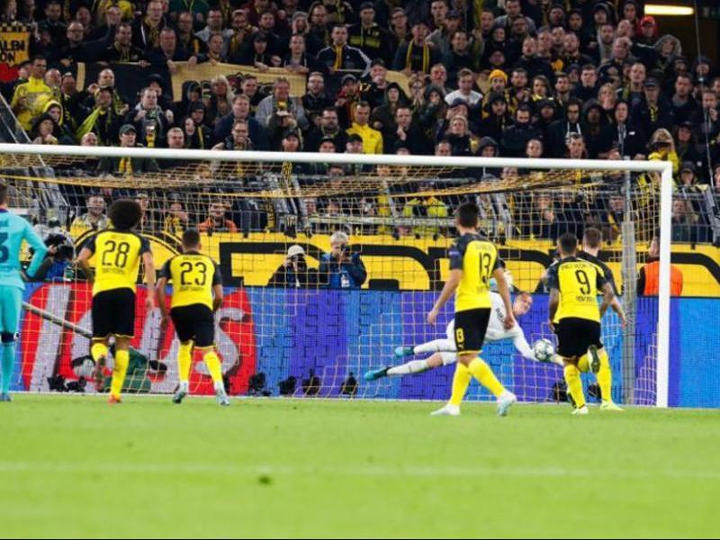 El porter alemany, en  el moment d'aturar el penal