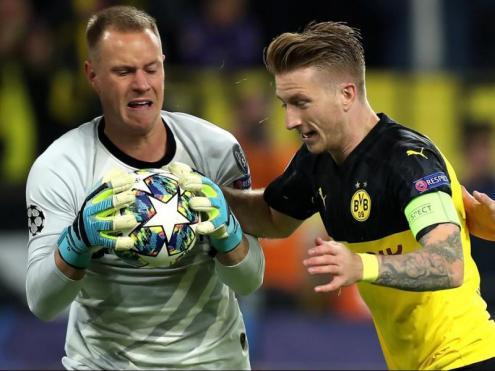 Ter Stegen atrapa la pilota davant Marco Reus després d'aturar-li un penal