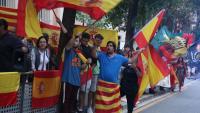 Imatge d'alguns dels espanyolistes concentrats a la caserna de la Guàrdia Civil de la Travessera de Gràcia de Barcelona