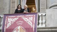 Manuela Carmena, exalcaldessa de Madrid, amb Ada Colau, ahir al balcó de l'ajuntament després de la lectura del pregó al Saló de Cent