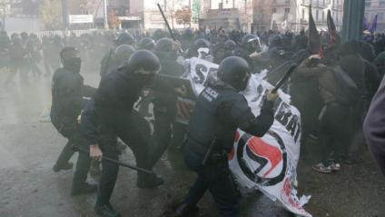 Càrrega dels Mossos en una concentració d'antifeixistes a Girona a la plaça U d'Octubre, el 6 de desembre de 2018