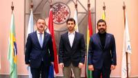 El conseller d'Acció Exterior, Alfred Bosch, del president del parlament del Mercosur, Daniel Caggiani, i del conseller de Treball, Chakir El Homrani, després de la reunió a la seu del Mercosur