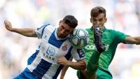 Calleri lluita una pilota amb Diego Llorente en el partit d'avui al RCDE Stadium.