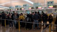 Persones fan cua a l'espai d'atenció al cient de l'aeroport del Prat coincidint amb les jornades de vaga dels treballadors de terra d'Iberia